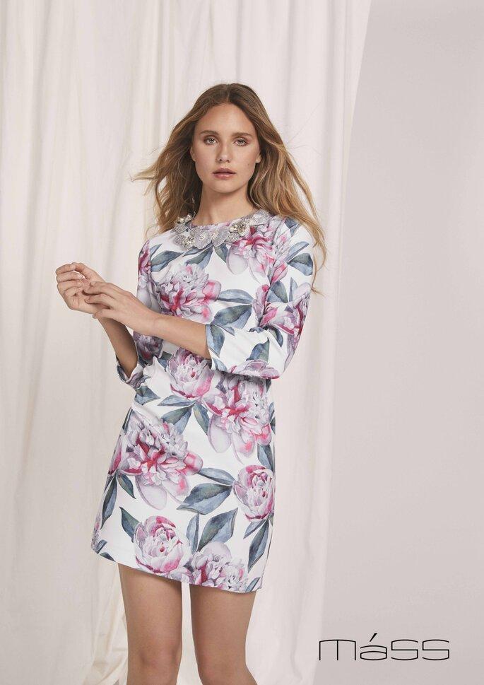 Matilde Cano Colección colección de vestidos de fiesta 2020 - 2021 de Matilde Cano y Mass, vestido corto de mangas tres cuartos con cuello decorado con pedrería y estampado floral.
