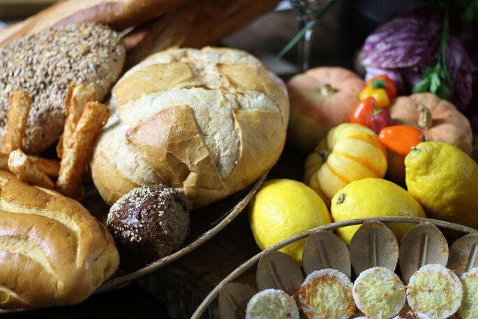 Mesa de pães no casamento