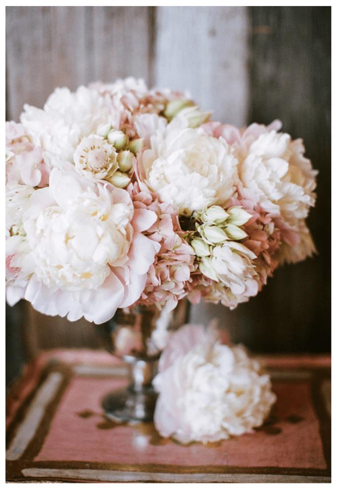 Centros de mesa con flores blancas y en color rosa pastel - Foto Nancy Neil