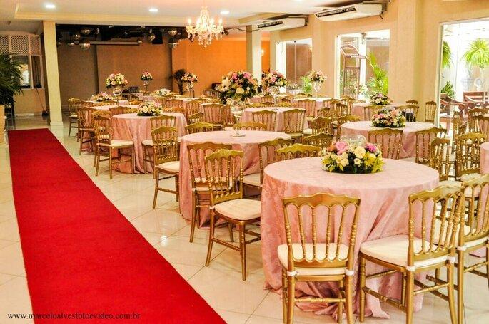 Decoração romântica no salão da La Festivitá