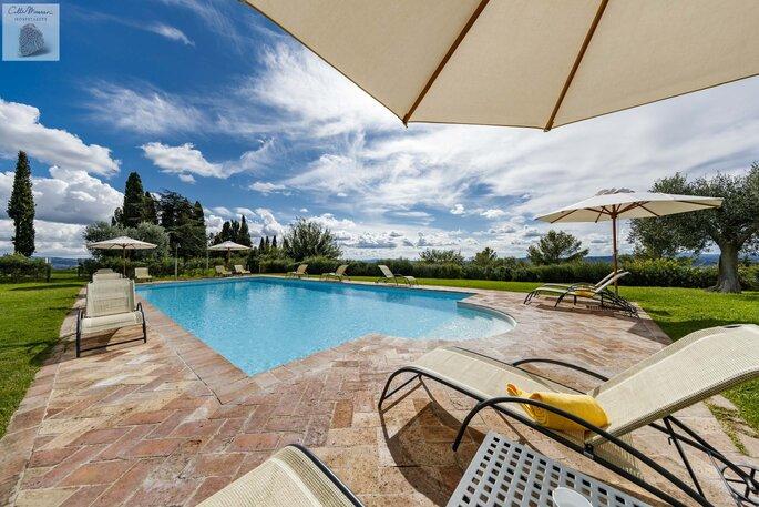 Superbe piscine dans un parc paysager, au bord de laquelle il fera bon se détendre