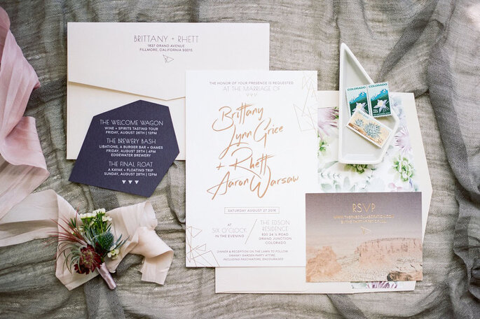 Tarjetas de invitación con temática geométrica