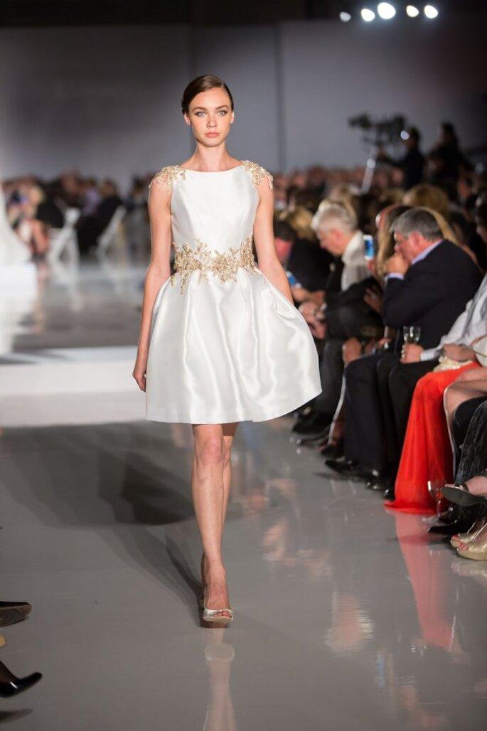 Vestido de novia corto en satén con detalles en hombros y cintura color oro - Foto Enzoani