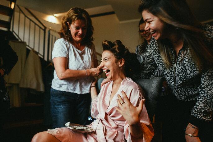 Freundinnen helfen bei Frisur