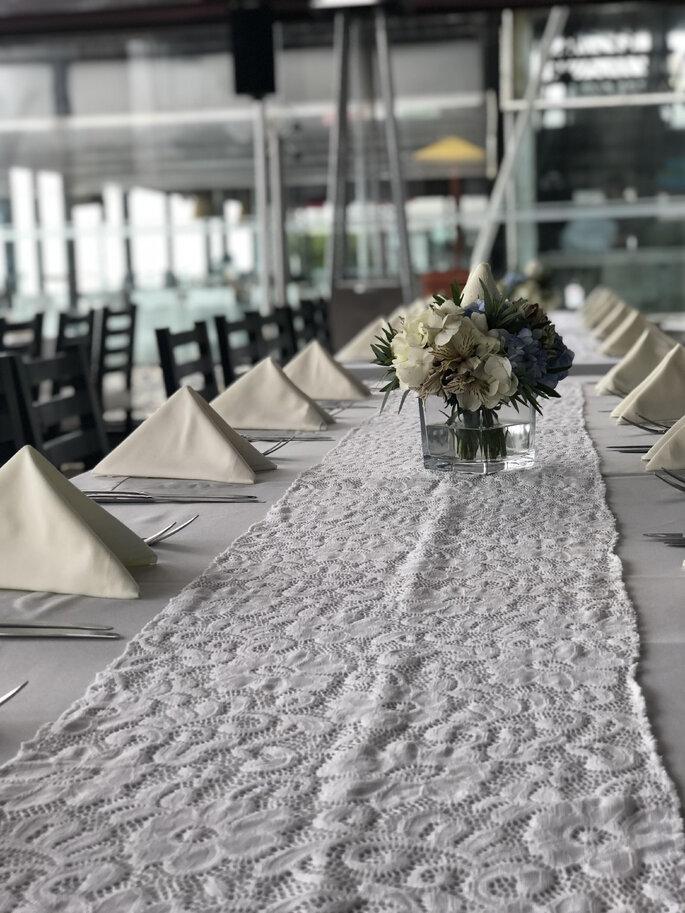 Decoración de mesas del banquete en la boda