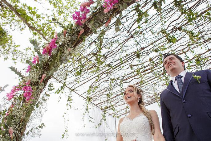 Flores em rosa para altar em casamento na praia