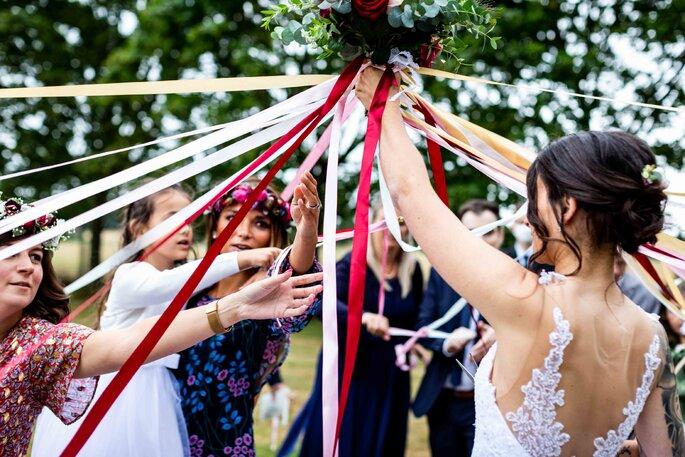 jeu du bouquet de la mariée et des rubans - alternative au lancer de bouquet traditionnel