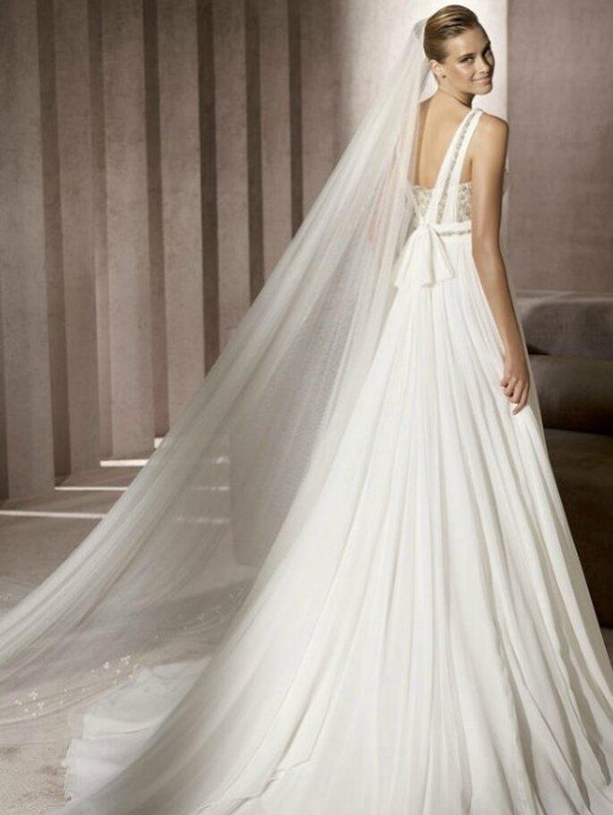 Vestido de novia con escote de espalda descubierta. Pronovias 2012