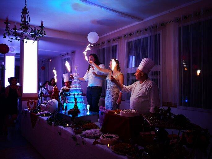 Les mariés inaugurent la table des desserts en compagnie du Chef