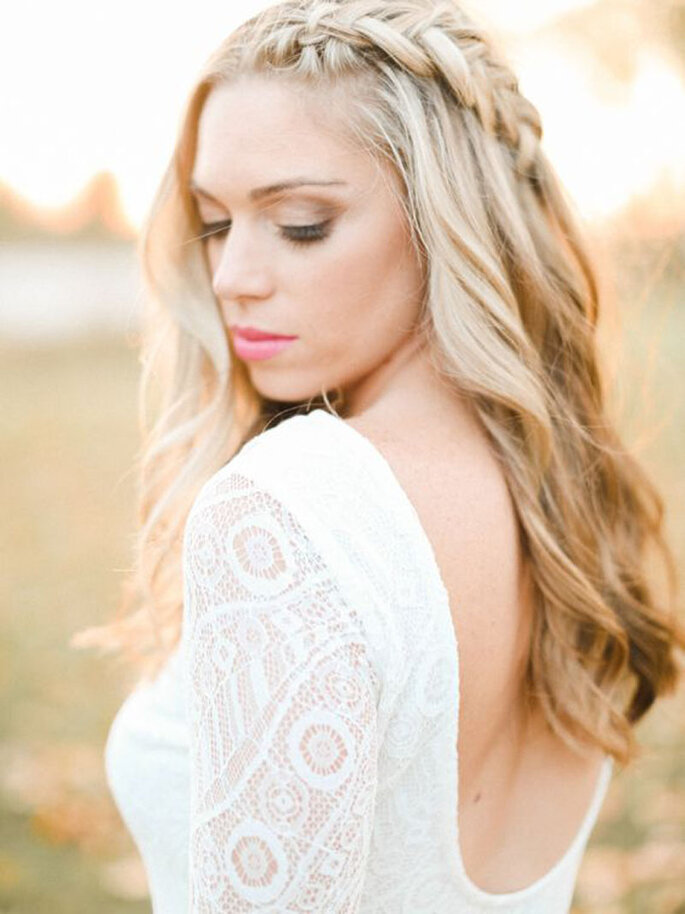 Une mariée avec une coiffure de mariage romantique, cheveux lâchés avec une tresse