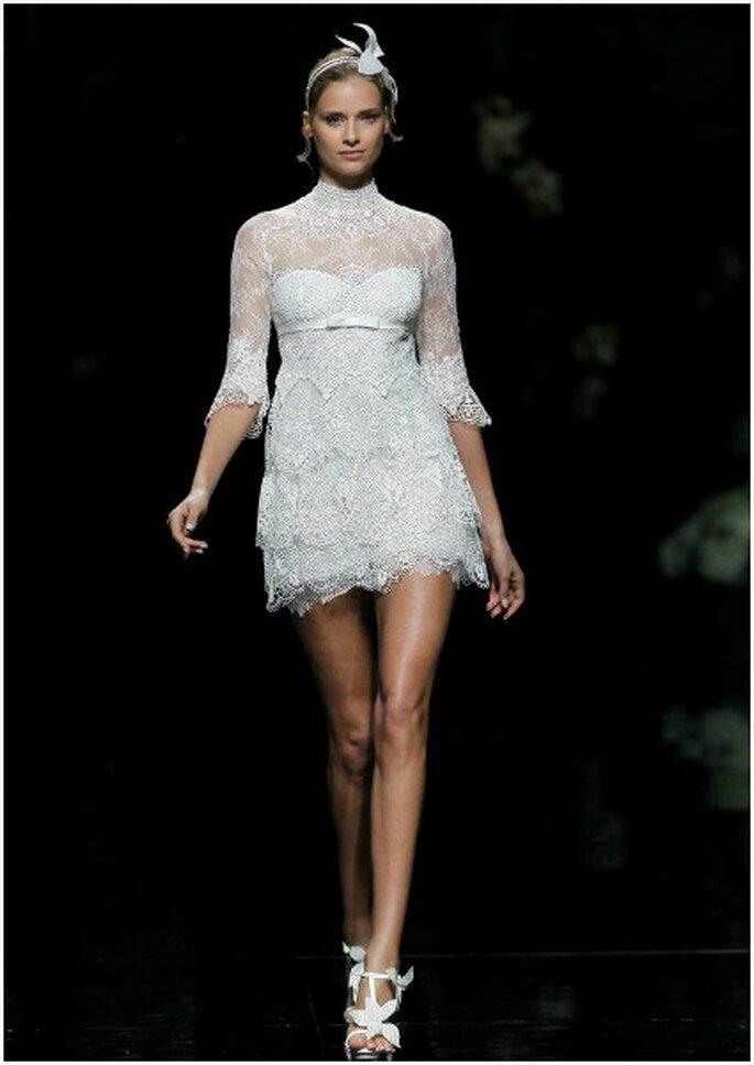 Vestido de novia corto con manga tres cuartos, de Pronovias 2013. Foto: Pronovias