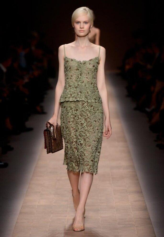 Vestido de fiesta en color verde olivo con tirantes discretos y texturas de flores - Foto Valentino