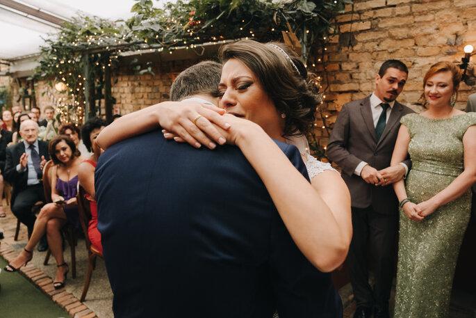Abraço noivos