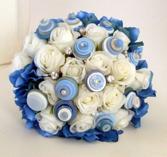 Bouquet de mariée bleu et blanc en boutons d'Angela's Artistic Designs. Photo: www.etsy.com