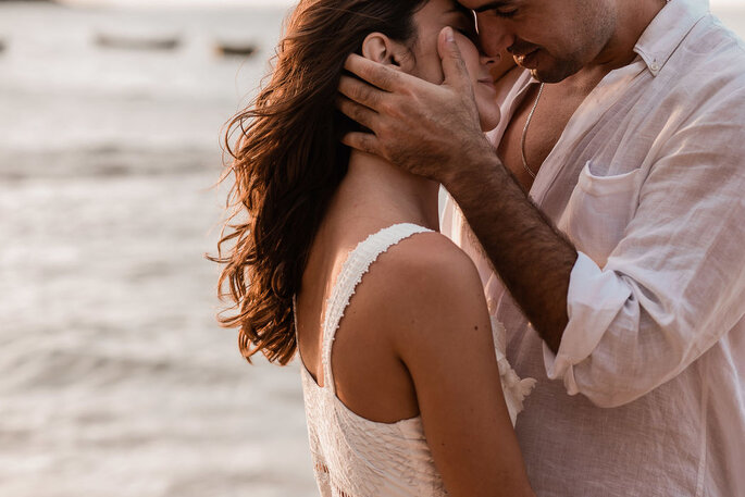 Casal feliz se beijando em praia