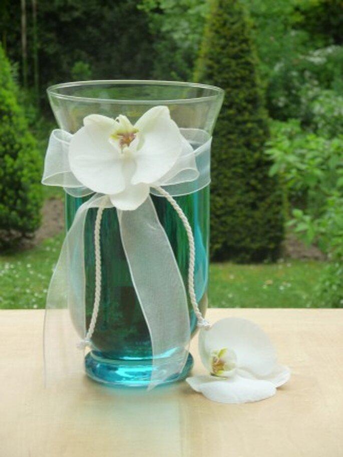 Décoration de table chic et raffinée avec ce photophore rempli eau colorée