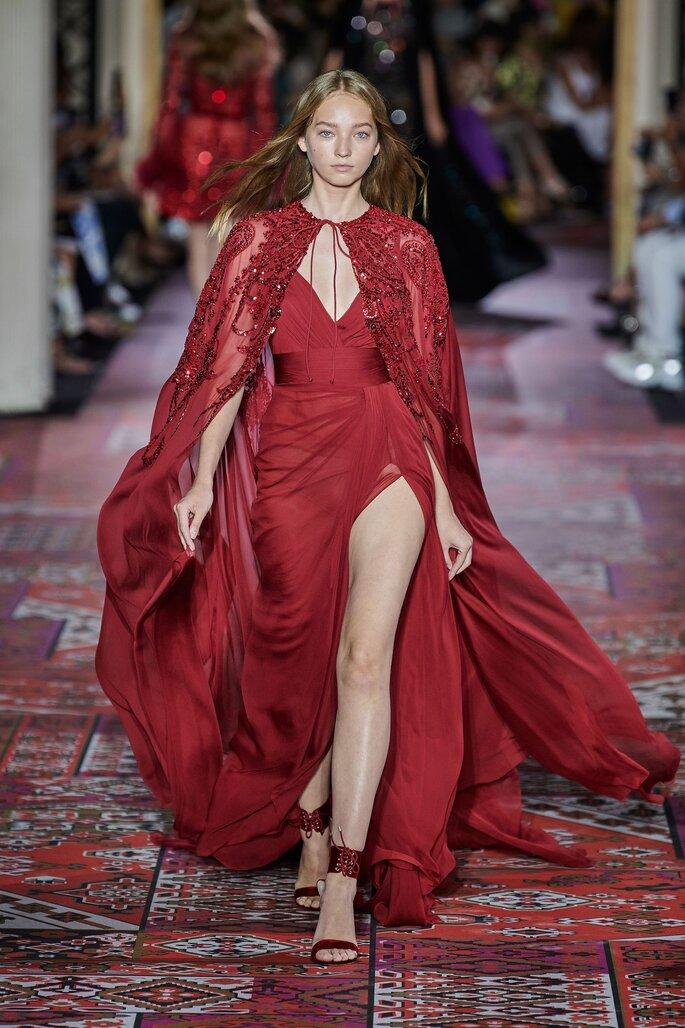 Vestido de fiesta rojo con capa decorada