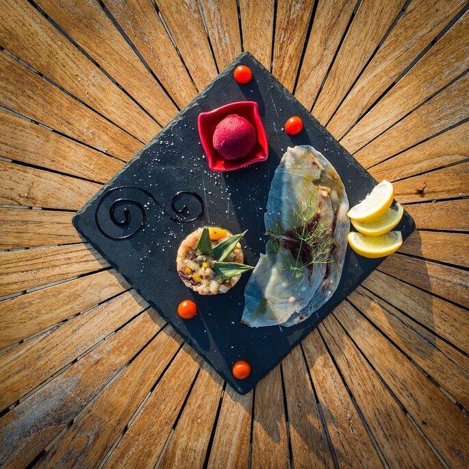 Un carpaccio accompagné d'un tartare de poisson et de glace à la bettrave.