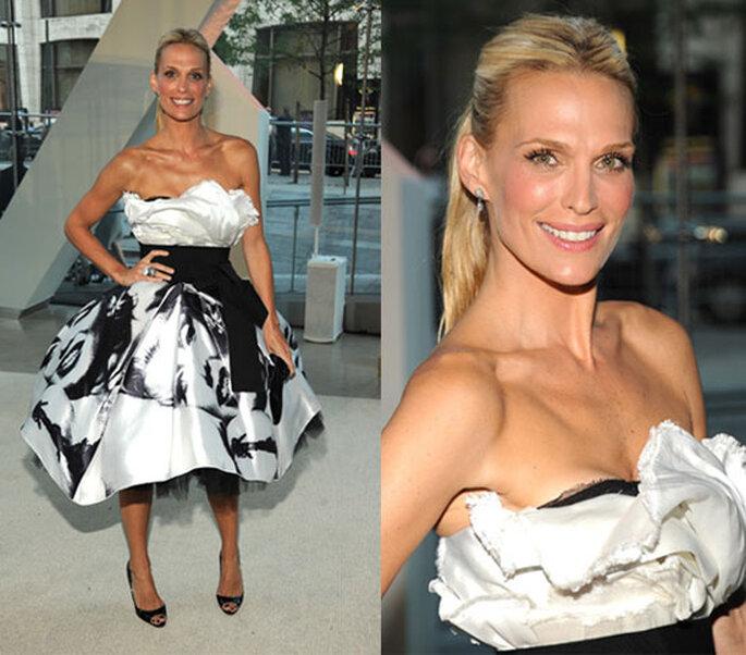 Molly Sims con un vestido Dolce & Gabanna en blanco y negro