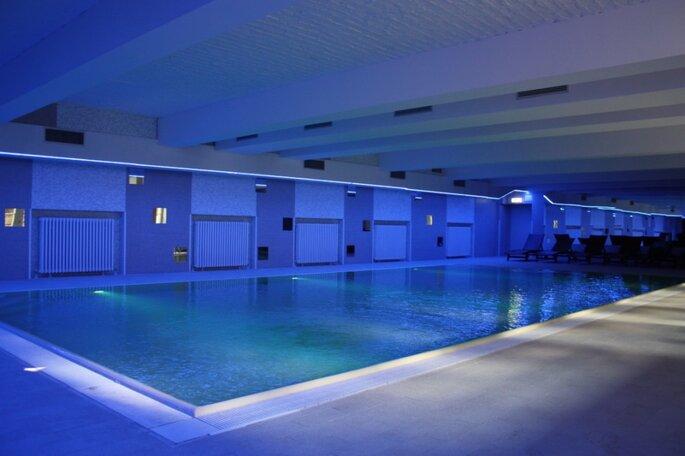 Piscina aquecida e coberta, com luz azul em Hostel plus em Berlin
