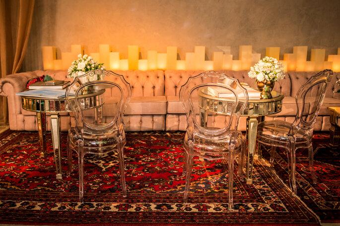 Inspiração de lounge para casamento mesas e cadeiras transparente