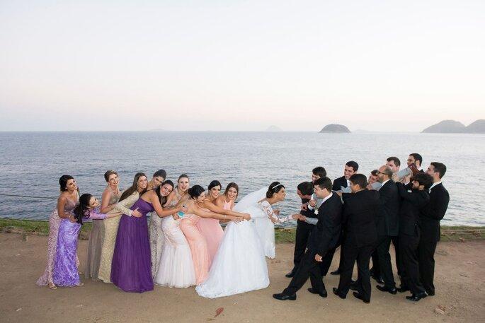 madrinhas e padrinhos brincam com os noivos