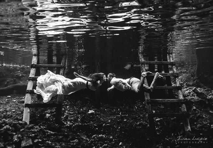 """Novios submarinos en una sesión de """"Trash the dress"""". Foto: Ivan Luckie Photography"""