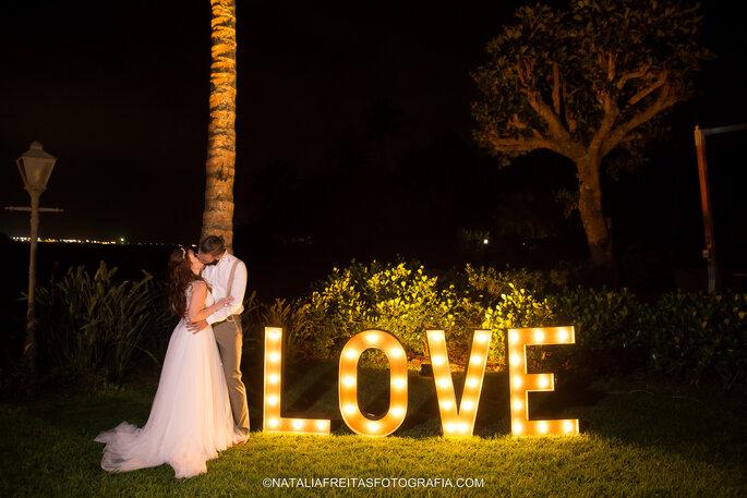 beijo casamento letreiro love