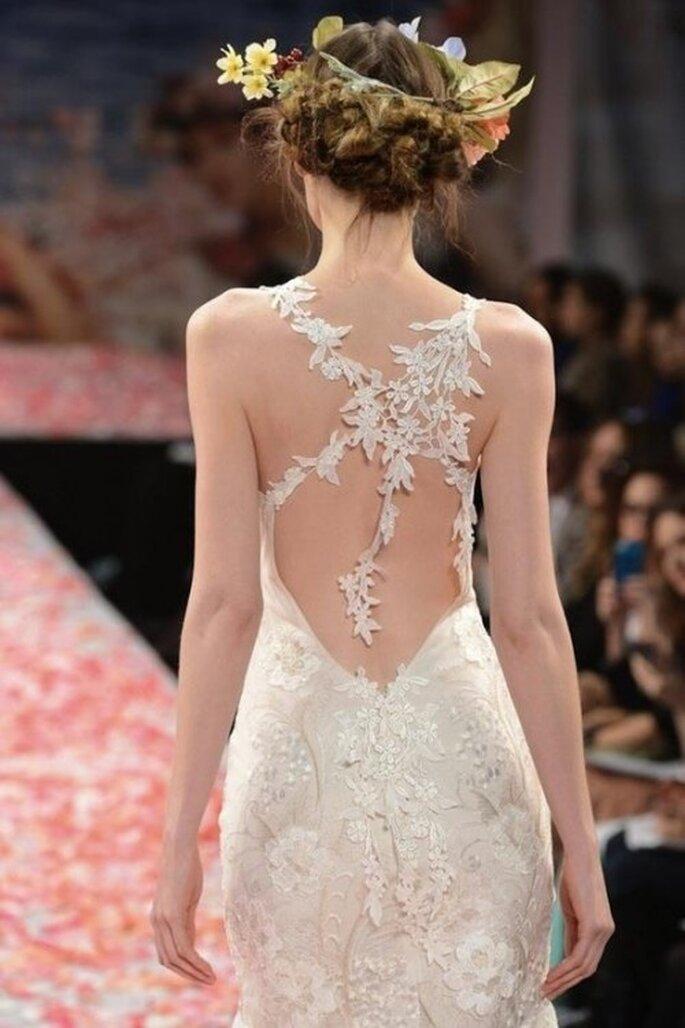 Vestido de novia con espalda enmarcada en tiras con bordados florales - Foto Claire Pettibone