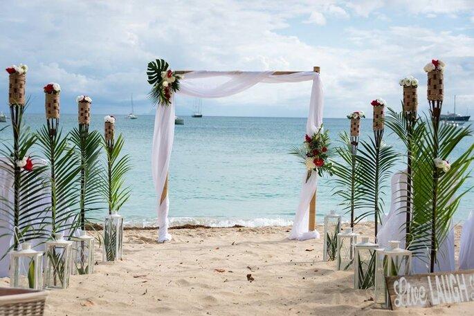 Une cérémonie laïque tropicale avec une arche décorée pour l'occasion va avoir lieu au bord de l'océan