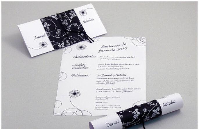 Las invitaciones blancas y negras no tienen por que ser clásicas o aburridas: prueba con este original diseño tipo pergamino