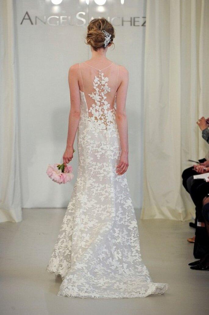 Vestido de novia con escote en la espalda y motivos florales - Foto Ángel Sánchez