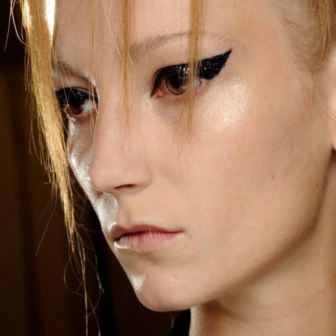 Marca tus ojos con un delineado intenso - Foto MAC Cosmetics