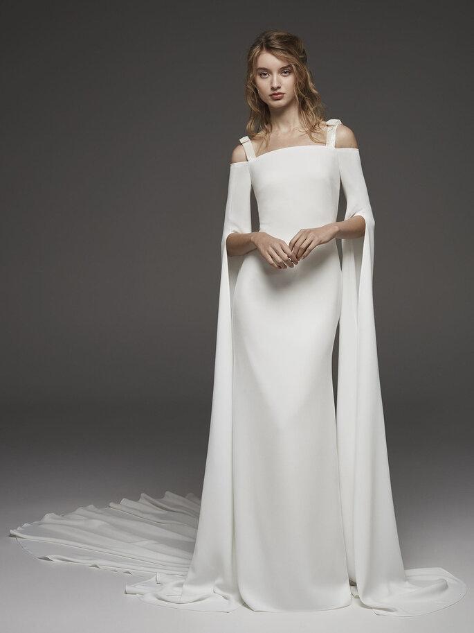 Vestido de novia escote barco con tirantes y mangas con extensión