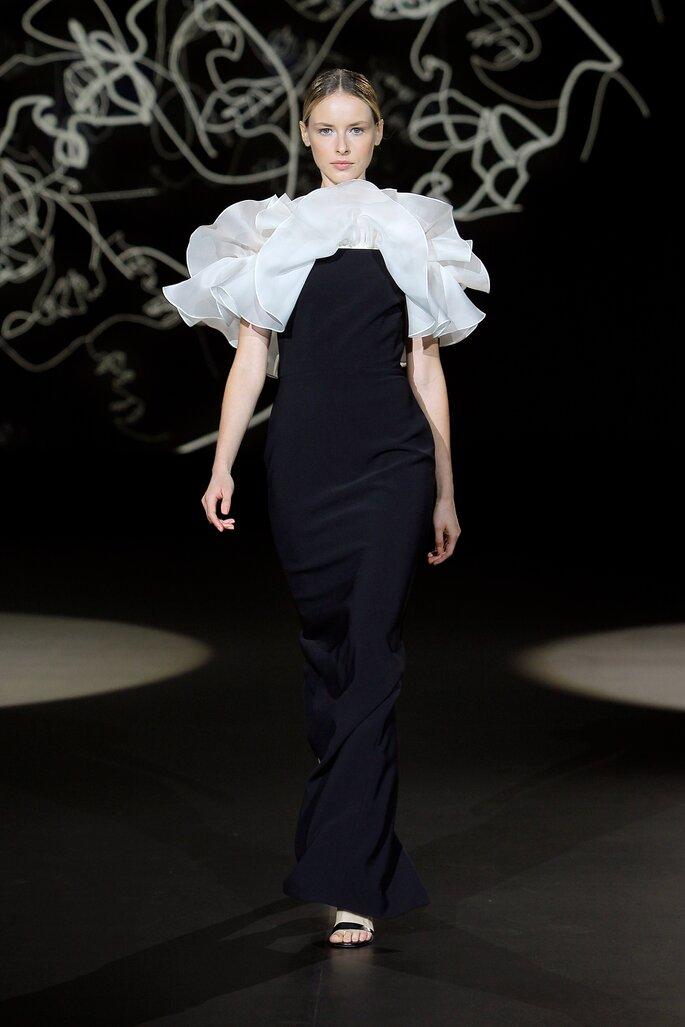 Vestido de novia negro con corte de sirena y mangas cortas de olanes blancos