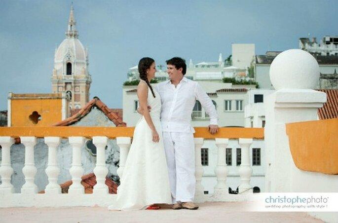 En la terraza con el fondo de la ciudad.  Foto: Un beso de la pareja en la playa.  Foto: christopheweddingphoto.com