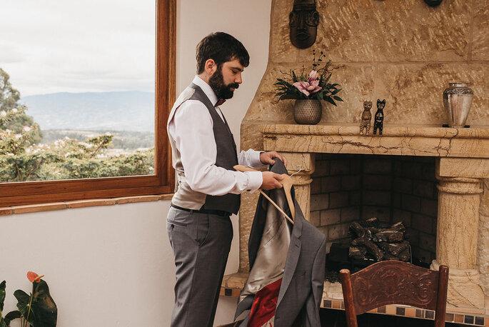 Novio preparándose para ceremonia boda
