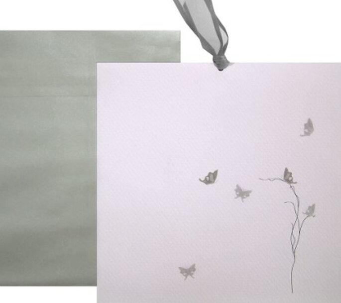 Invitaciones blancas con detalles en plateado: una opción elegante para una rigurosa etiqueta