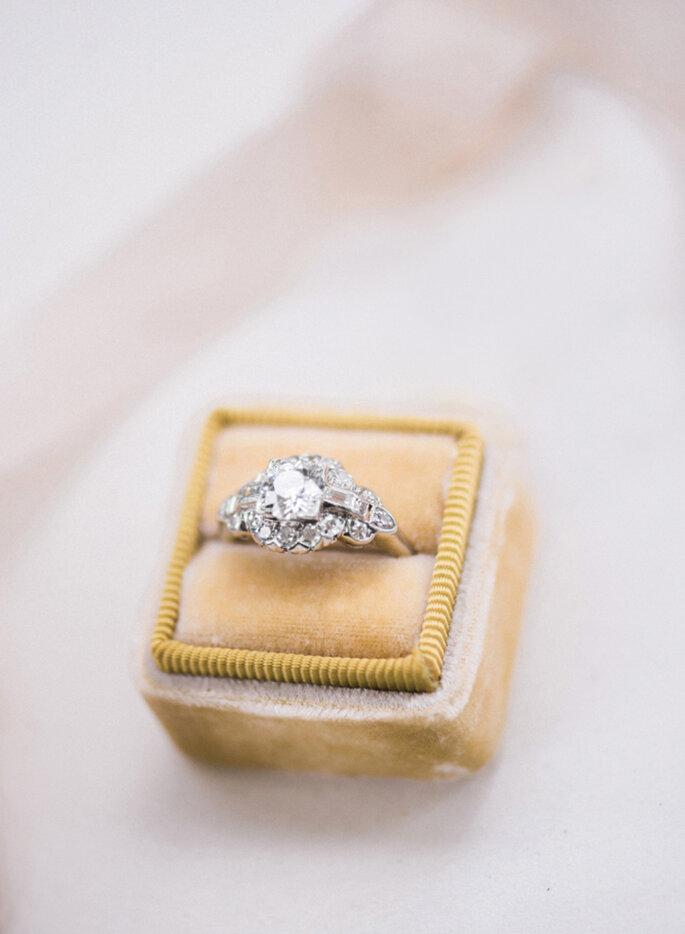 Anillo de compromiso con diamantes y oro blanco