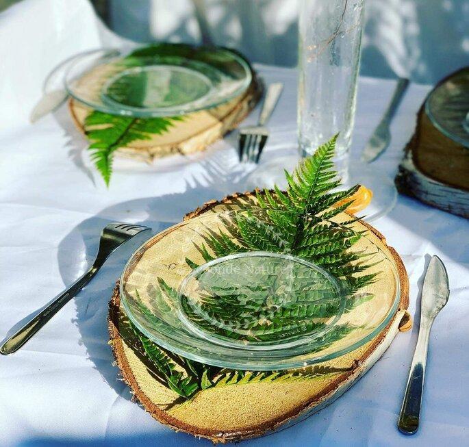 Décoration de mariage champêtre - une fougère est disposée sous une assiette