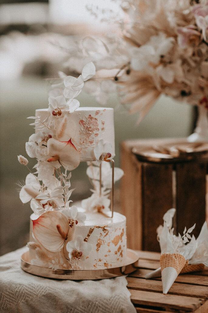Elopement Fun Wedding Shooting Setting Picknick Hochzeitstorte