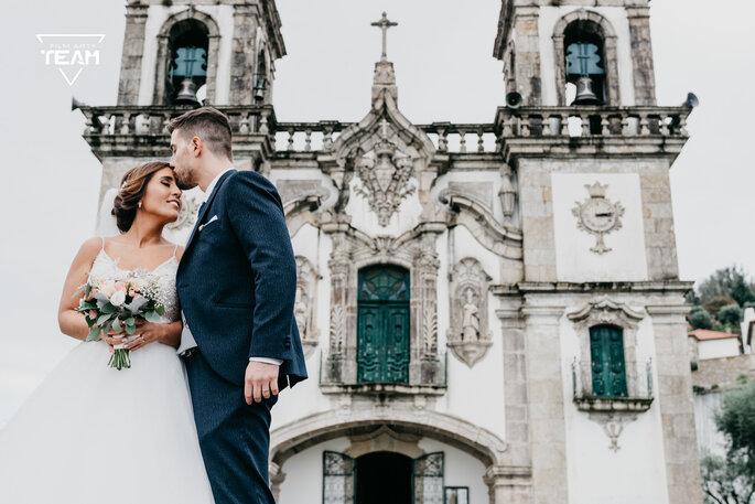 quanto custa um casamento: noivos à porta da igreja