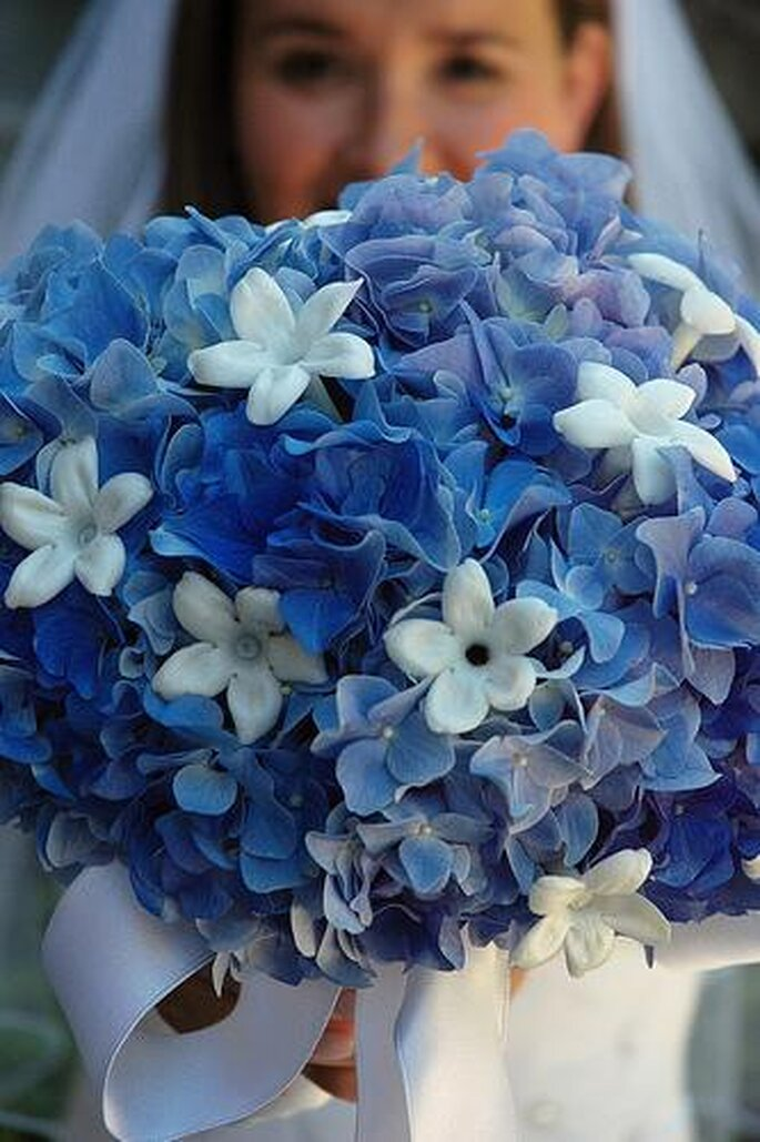 Ramo de novia en tonos azules, para dar una diferencia a tu vestido de novia