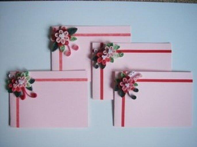 Sobres adornados con flores hechas con quilling