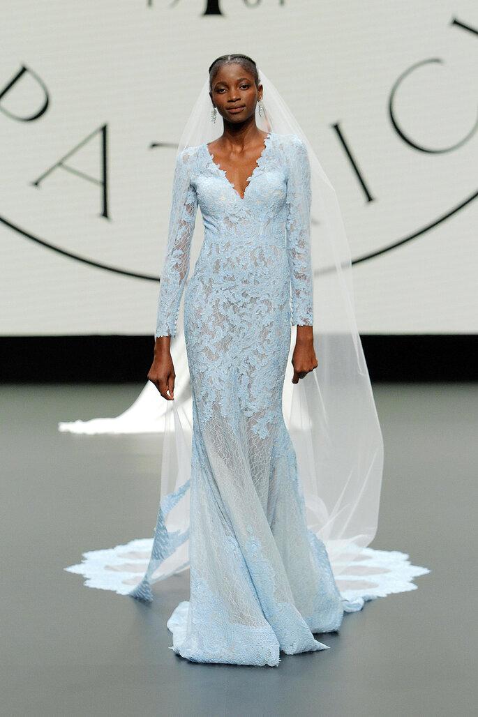 Barcelona Bridal Fashion Week St Patrick vestido de novia alternativo color azul hecho con encaje delicado, cola de encaje y cuello en V