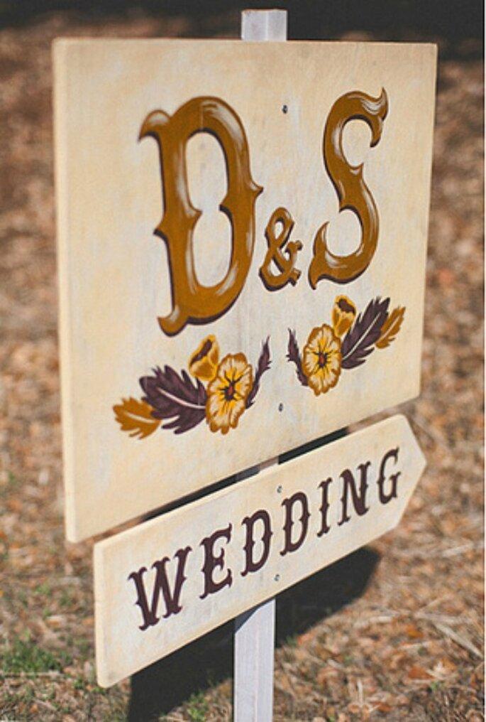 Cartel personalizado con las iniciales de los novios para señalar la ruta hacia el banqute. Foto: One Love Photo