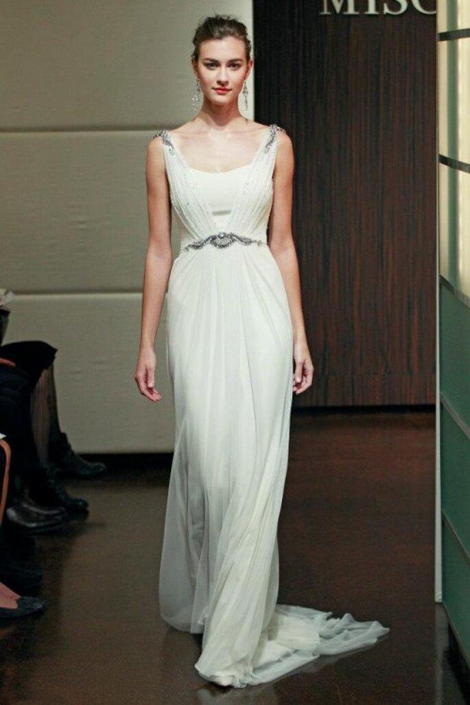 Vestido de novia otoño 2013 con inspiración vintage, diseño simple y detalles de pedrería en la cintura - Foto Badgley Mischka