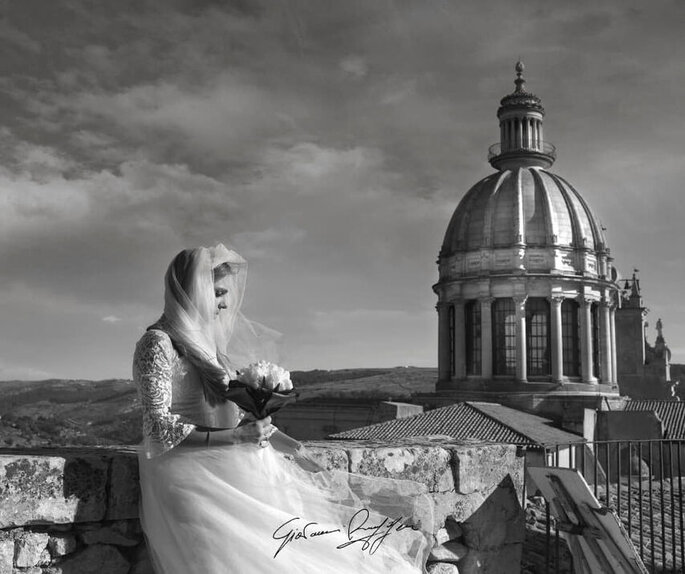 Giovanni Ruggeri Fotografo - sposa con sfondo cappella