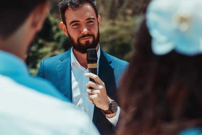 Celebrante Flávio Garcia realizando casamento civil