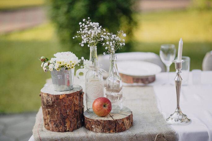 Décoration de mariage champêtre avec rondins de bois